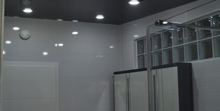 Glänzende Badspanndecken